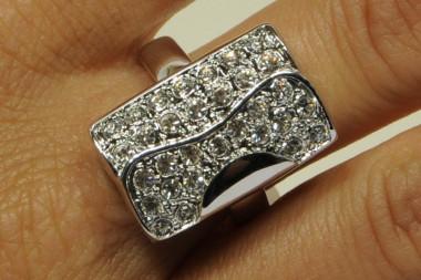 Anello in metallo con gemme...